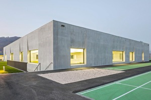 """<div class=""""bildtext_en"""">The Liapor lightweight concrete building shell characterizes the massive, archaic appearance of the new multi-function hall</div>"""