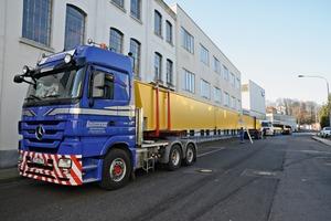 """<div class=""""bildtext_en"""">The crane had an overall transport length of 110m</div>"""