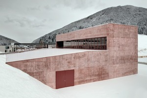 """<div class=""""bildtext_en"""">The rose-colored Liapor lightweight concrete contributes greatly to the robust, simple appearance of the fire station</div>"""
