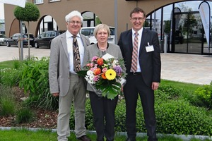 """<div class=""""bildtext_en"""">Richard Bayer (left) and Stefan Heeß thanked Marion von der Heyde with a bunch of flowers for her successful work over many years at the board of Info-b </div>"""