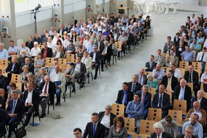 """<div class=""""bildtext_en"""">About 400 guests from industry, politics, research and media gathered on June 12 in the technical center II of IAB Weimar</div>"""