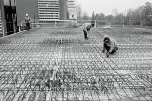 """<div class=""""bildtext_en"""">Laying the second reinforcement layer in two-axis stressed precast floor slabs </div>"""