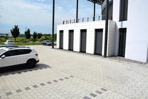"""<div class=""""bildtext"""">Der Parkplatz entstand auf mehreren Ebenen. Da auch Lieferfahrzeuge hier rangieren, war stabiles Pflaster gefragt </div>"""