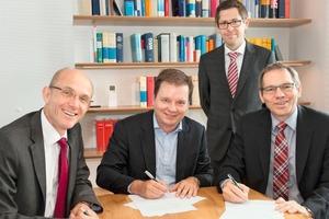 """<div class=""""bildtext"""">Dr. Harald Braasch (links), Peter Thorning (Mitte) und Thomas Stürzl (rechts) mit Notar Daniel Wassmann (zweiter von rechts) bei der Vertragsunterzeichnung für das Joint Venture </div>"""