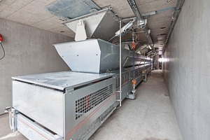"""<div class=""""bildtext_en"""">The silos are discharged through batching valves onto a weighing conveyor with continuous weight-sensor functions</div>"""