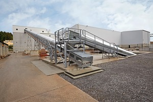 """<div class=""""bildtext_en"""">Two conveyor belts with a total length of 120 m transport the aggregates to the silos by truck-fed hopper</div>"""