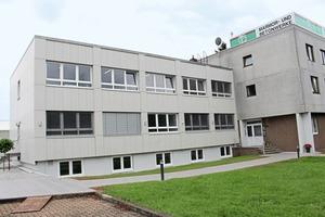 """<div class=""""bildtext"""">Auch für die Fassade des RBM-Firmengebäudes kamen Betonwerksteine aus dem eigenen Haus zum Einsatz</div>"""
