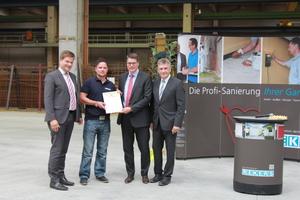 Zahlreiche Geschenke durften die Geschäftsführer der Rekers Betonwerk GmbH & Co. KG Ulrich Rekers (links) und Christof Rekers (Zweiter von rechts) entgegennehmen