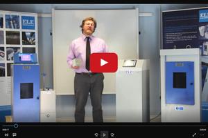 """<div class=""""bildtext"""">Mark Bolton, Senior Service Engineer bei ELE, demonstriert die einfache Bedienbarkeit der neuen Touchscreen-Steuerungselemente</div>"""