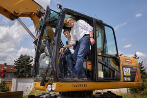 Thomas Fink and Frank Deinzer, the board members of Sofistik, at the symbolic groundbreaking by excavator