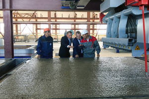 "<div class=""bildtext_en"">Satisfied with the quality: Management and Machine operators from Uy Kurylys in Kazakhstan</div>"