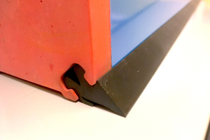 "<div class=""bildtext_en"">This small rubber seal helps heavily worn formwork tables last for many additional years</div>"