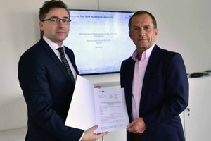 Thomas Wünsch, State Secretary for Economic Affairs, presents a subsidy certificate to Wolfgang Weckenmann, Managing Director of Weckenmann GmbH & Co. KG (right)