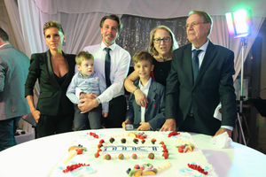 "<div class=""bildtext_en"">Lamberto Marcantonini (right) with his wife Laura Catarinelli, Andrea Marcantonini (third from right) with his sons and his wife Elisabetta Bossi (left)</div>"