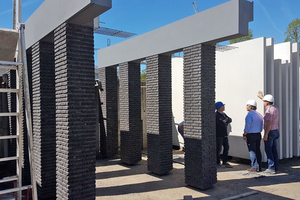 """<div class=""""bildtext_en"""">The architectural, load-bearing façade made by Bétons Feidt consists of a concrete strip and is clad with black bricks</div>"""