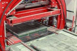 """<div class=""""bildtext"""">Vor und nach der Kali-briermaschine ist jeweils ein vollautomatischer Trommelwender angeordnet, der die zu veredelnden Platten oder Steinlagen für den jeweils nächsten Bearbeitungsschritt um 180<sup>o</sup> dreht</div>"""