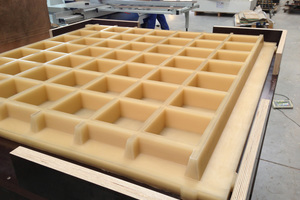 Self-supporting wet-cast molds for small-sized blocks; the block is demolded by means of a roller