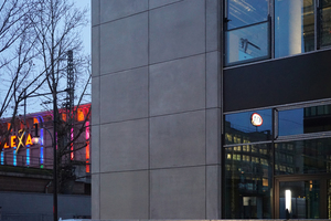 The planners chose white cement dyed gray, matched to the color of the composite thermal insulation system on the floors above the base