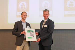 Dr. Olaf Aßbrock (right), Managing Director of the German Ready-Mixed Concrete Association (BTB), presents Dr. Thomas Sievert, Head of Quality and Technical Consulting at Dyckerhoff GmbH, with the certificate representing seven certified Dyckerhoff plants
