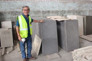 "<div class=""bildtext_en"">Managing director Andrew Cyprianos proudly presents large terrace slabs of up to 1 m in length, which are currently in high demand</div>"