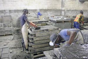 "<div class=""bildtext_en"">From pouring fresh concrete into the rubber molds …</div>"
