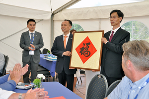 The event held on the occasion of Zenith's 65th anniversary included the ceremony to hand over a calligraphy handmade by Yonyi Hu (right)