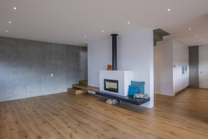 With the 50-cm-thick walls, a steady, comfortable warmth can be achieved in the interior without supplemental insulation