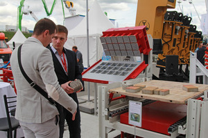 """<div class=""""bildtext_en"""">Advising customers at the stand of Hess Tula on the outdoor grounds of the bauma CTT 2018 trade show </div>"""