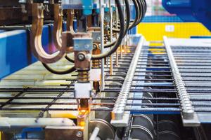 """<div class=""""bildtext"""">Die im Erel-Werk in-stallierten Bewehrungsmaschinen kommen von der Progress Maschinen &amp; Automation AG. Auf der Mattenschweißanlage der Baureihe M-System Evolution werden Bewehrungsmatten """"just in time"""" exakt in den vorgegebenen Abmessungen gefertigt </div>"""