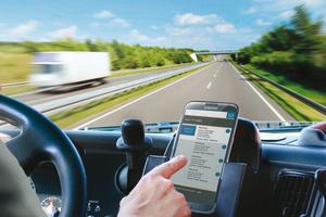 """<div class=""""bildtext"""">Zu den Vorteilen des digitalen Fuhrparkmanagements gehören die Echtzeitortung, Kommunikation, Navigation, Tourenplanung, Auftrags- und Arbeitszeiterfassung etc. </div>"""