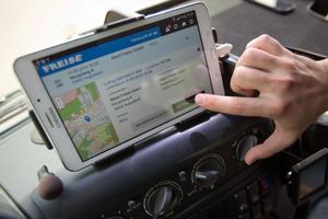 """<div class=""""bildtext"""">Über die Fahrzeug-Hardware werden Informationen ausgetauscht, Aufträge bestätigt und Fahrzeuge navigiert </div>"""
