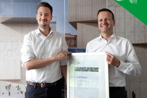 """<div class=""""bildtext"""">Geschäftsführer Dr. Bernd Trompeter (rechts) und Marketingleiter Lutz Hammer freuen sich über eine Urkunde der IHK</div>"""