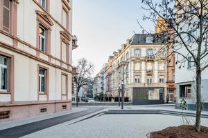 "<div class=""bildtext_en"">Concrete paver surface behind the raised platform at the Musterschule stop in Frankfurt am Main </div>"