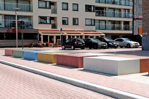 Ein Highlight sind die bunten Betonblöcke am Kopf- und Fußende des Platzes. Sie trennen ihn von der Straße und dienen mit ihren Erhebungen an der Strandseite auch als Sitzgelegenheit für Besucher und Anwohner