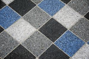 Die Marmorierung der Fliesen wird durch polierten Beton erreicht; schwarze Steine werden dabei dem blau eingefärbten Beton hinzugefügt und kommen nach dem Polieren an die Oberfläche