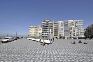 Bei der Neugestaltung des Rubensplein, eines weiteren Anziehungspunkts an der Strandpromenade, wurden Betonfliesen in verschiedenen Grautönen und einzelne blaue Fliesen verwendet