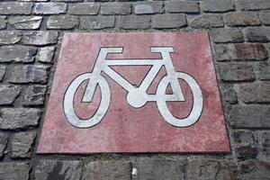 Sicherheit geht vor: Deutlich sichtbare Symbole markieren entsprechende Bereiche und erhöhen so die Sicherheit für Radfahrer