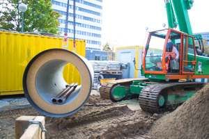 DN 1000 reinforced-concrete jacking pipes are being prepared for trenchless jacking on the Hanover job site