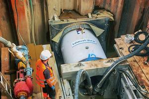 Mithilfe des steuerbaren Bohrkopfs werden die Vortriebsrohre von Betonwerk Bieren zielgenau durch das Erdreich gebohrt