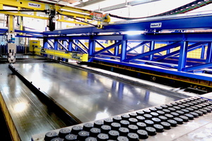 Mit hohen Verfahrgeschwindigkeiten werden die Abschalprofile positioniert sowie auch Einbauteile wie beispielsweise Magnete für E-Dosen gesetzt