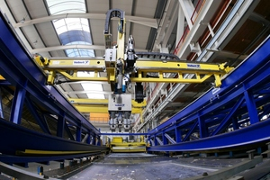 """<div class=""""bildtext_en"""">The new Smart Set robot line also performs demolding – fully automated and with CAD-CAM control</div>"""