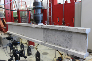 Fig.: Shear test of a thin-walled, micro-reinforced beam consisting of high- performance fine-grained concrete (photo: iBMB, Div. Concrete Constr.)