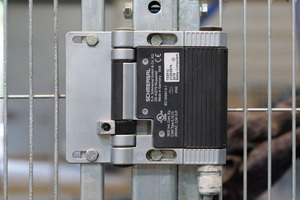 Schmersal supplies CRH Satech safety barriers with the safety technology adjusted to the individual applications: here a hinge safety switch for rotary protective equipment of type TESF/U