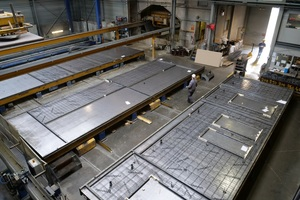 In the Prefaco plant in Neeroeteren/Maaseik, Belgium, the precast concrete panels – permanent formwork panels of reinforced and prestressed concrete – are manufactured on tables measuring around 12 x 4 m