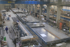 "<div class=""bildtext_en"">View of the production tables in the production hall at the Schwebheim location </div>"
