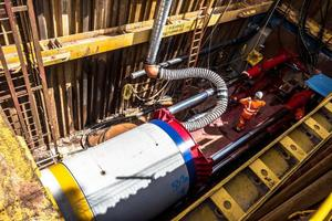 """<div class=""""bildtext_en"""">Installing, laying the concrete pipes at the construction site </div>"""