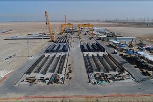 """<div class=""""bildtext"""">Für den Bau von neun der Brücken werden vor Ort in einer Feldfabrik mit Schalformen von Tecnocom hergestellte Betonfertigteile verwendet</div>"""