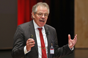 "<div class=""bildtext_en"">Prof. Harald S. Müller holding his keynote speech</div>"