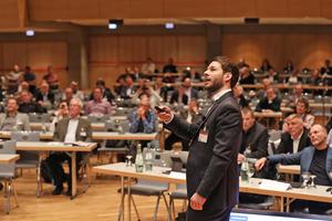 """<div class=""""bildtext"""">Interessante Vorträge gab es auch an den Podiumsveranstaltungen <br />am Nachmittag</div>"""