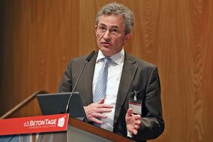 """<div class=""""bildtext"""">Peter Hübner, Präsident des Hauptverbandes der Deutschen Bauindustrie, bei seiner Rede</div>"""